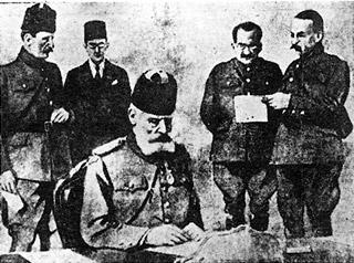Ο Ταξίν Πασάς υπογράφει τα πρωτόκολλα παράδοσης της Θεσσαλονίκης. ΠΗΓΗ: http://www.sansimera.gr/articles/328#ixzz3phHYRKzW