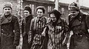 2 σοβιετικοί στρατιώτες συνοδεύουν κρατούμενους τη μέρα της απελευθέρωσης τους, 27 Ιανουαρίου 1945, Άουσβιτς
