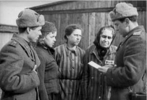 Στρατιώτες του Κόκκινου Στρατού με κρατούμενους στο Άουσβιτς