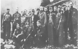 Γερμανοί αντιφασίστες με αντάρτες του ΕΛΑΣ. Στην πρώτη σειρά (δεύτερος με το όπλο στο χέρι) ο Λούντβιχ Γκεμ πηγή:kokkinostupos.wordpress.com