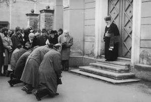 Φωτογραφία από τη συλλογή του Μουσείου Ολοκαυτώματος των ΗΠΑ. Έξι Ούγγροι μέλη της ρουμανικής Βολής γονατίζουν (1991) ζητώντας συγνώμη από το Ραββίνο του Κλούι μπροστά στην πόρτα της συναγωγής.