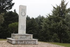 Το μνημείο της μάχης του Κοσμά ή μάχη Φεστούτσι λίγο πιο έξω από το χωριό. πηγή φωτογραφίας «αρχείο της ΑΠΕΛ»
